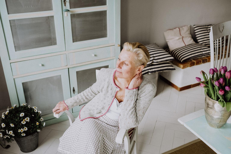 Damen Strickjacke mit Ajourmuster, Handarbeit